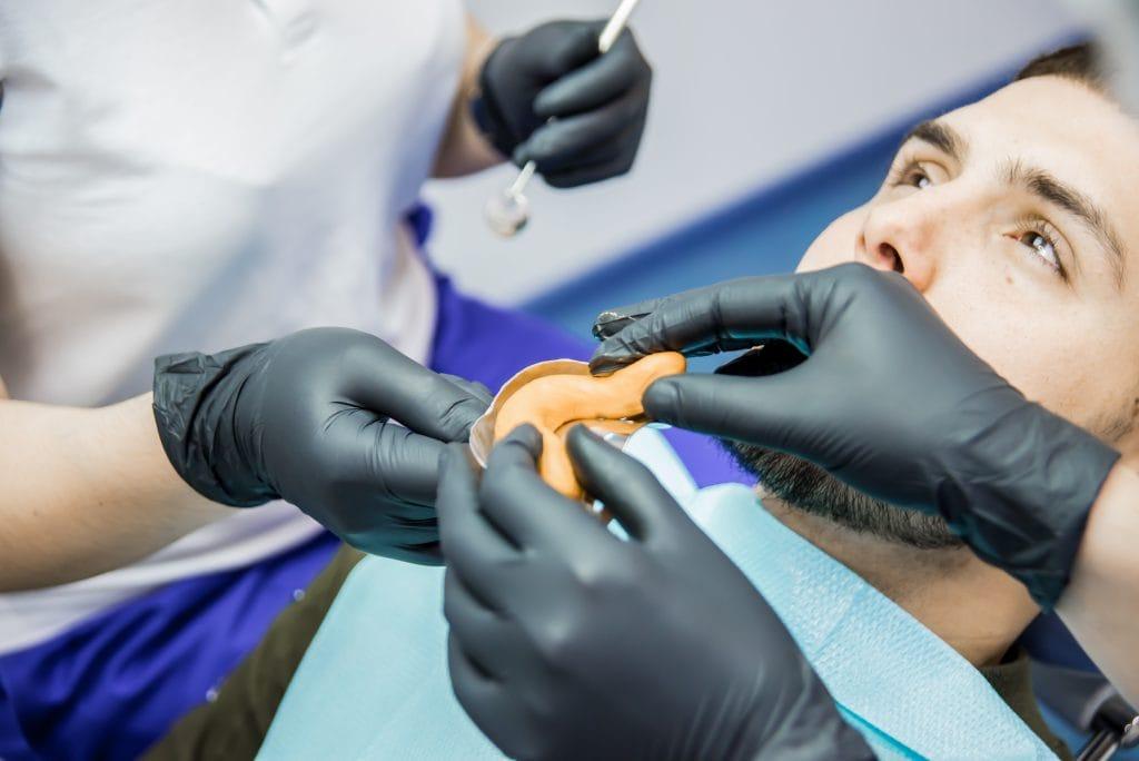 Протезування зубів в Києві